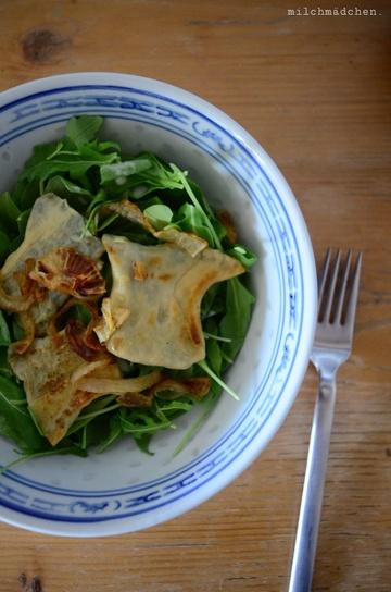 Rezept Vegetarische Maultaschen mit Schmorzwiebeln und zitronigem Salat