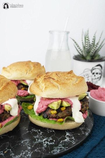Rezept Vegetarischer Burger mit Mais-Bohnen-Patty und Rote-Bete-Feta-Soße