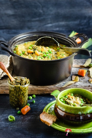Rezept Vegetarischer Erbseneintopf mit Kartoffeln und Pesto wärmt richtig auf