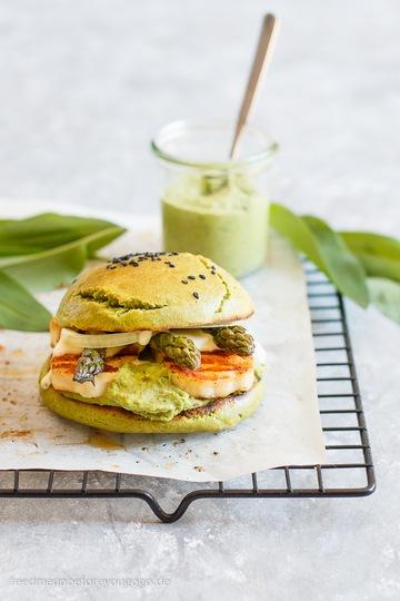 Rezept Vegetarischer Frühlingsburger mit Bärlauchhummus, Spargel und Halloumi