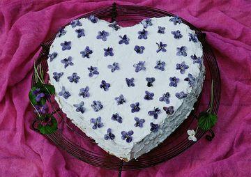 Rezept Veilchentorte mit kandierten Blüten