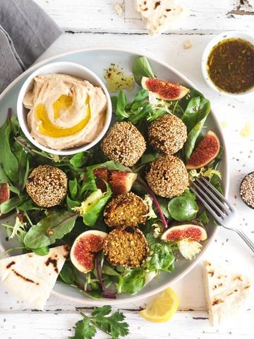Rezept Vollkorn Falafel, Salat mit frischen Feigen, Hummus, Pita
