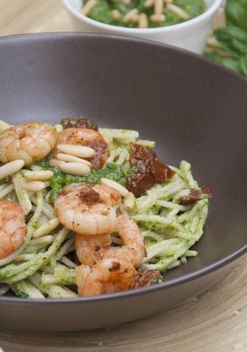Rezept Vollkorn-Spaghetti mit Basilikum-Pesto und Chili-Garnelen