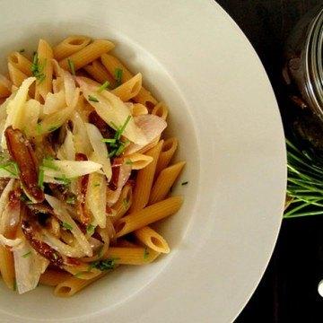 Rezept Vollkornpenne mit Dattel-Zwiebel-Gemüse