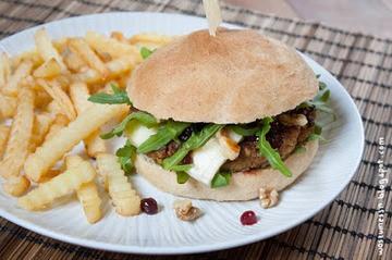 Rezept Walnuss-Burger mit Camembert, Rucola und Preiselbeeren
