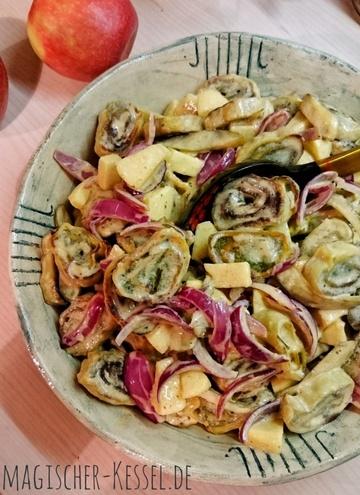 Rezept Warmer Maultaschensalat mit Zwiebeln, Äpfeln und Curry