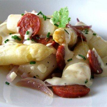 Rezept Warmer Spargelsalat mit roten Zwiebeln, Chorizo und einem cremigen Honig-Senf-Dressing