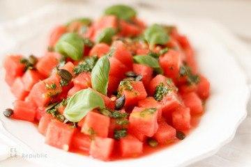 Rezept Wassermelonen Salat mit Basilikum-Öl und Kürbiskernen