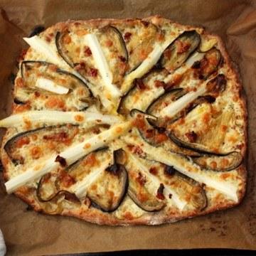 Rezept Weiße Pizza mit Spargel, getrockneten Tomaten und Auberginen