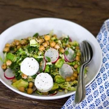 Rezept Wirsingsalat mit Dukkah-Kichererbsen, Kräutern, Avocado und Ziegenkäse