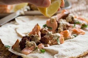 Rezept Wrap mit Lachs, Baba Ghanoush & frittiertem Blumenkohl