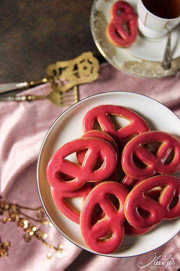 Rezept Zarte Brezelchen mit Himbeerzuckerguss