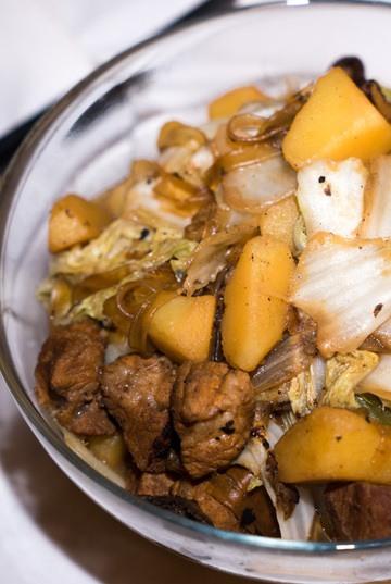 Rezept 猪肉白菜炖粉条 (zhūròu báicài dùn fěntiáo) – chinesisches Gulasch mit Chinakohl und Glasnudeln
