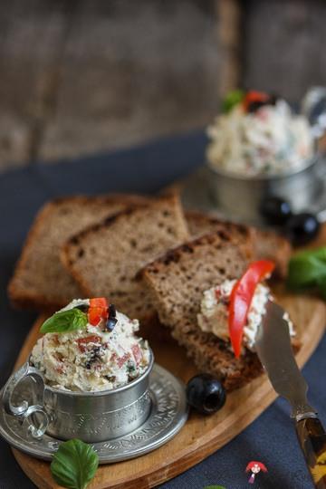 Rezept Ziegenhirten-Brotaufstrich mit Oliven und Paprika