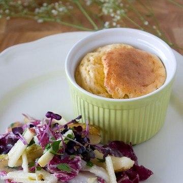 Rezept Ziegenkäse-Soufflé mit Apfel-Birnen-Radicchio-Salat