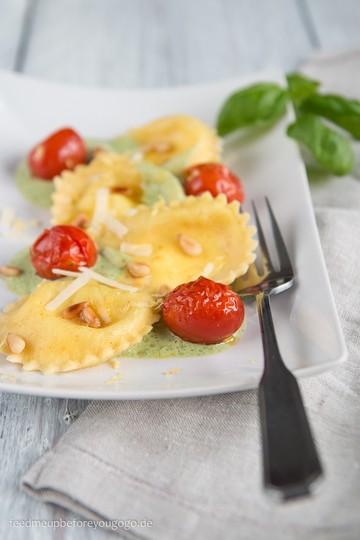 Rezept Ziegenkäse-Zitronen-Ravioli mit Ofentomaten und Basilikumschaum