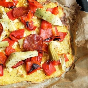 Rezept Zitronige Polentapizza mit gegrillter Paprika, Artischocken und Chorizo