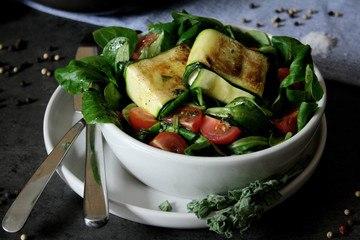 Rezept Zucchini-Feta-Päckchen auf Feldsalat