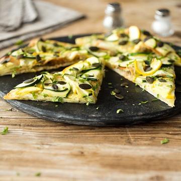 Rezept Zucchini-Flammkuchen mit Kürbiskernen
