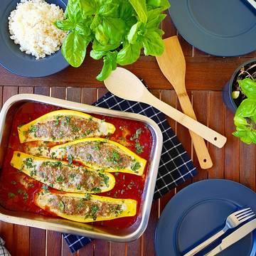 Rezept Zucchini mit Hackfleisch-Fetafüllung in Tomaten-Basilikumsoße