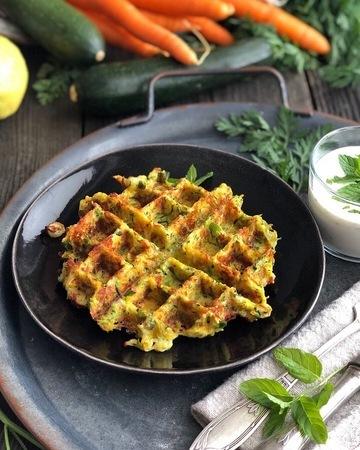 Rezept Zucchini-Möhren-Waffeln mit Zitronen-Minz-Joghurt