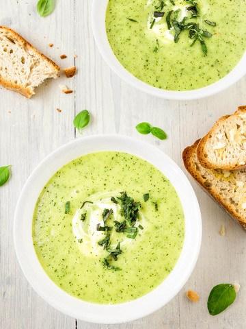 Rezept Zucchini-Sommersuppe mit knusprigem Knoblauchbrot