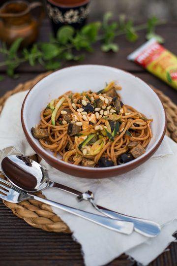 Rezept Zucchini Zoodles Rezept mit Aubergine, Oliven und Pinienkernen