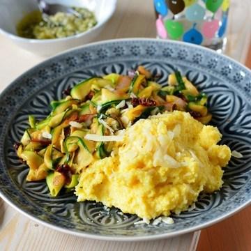 Rezept Zucchinigemüse mit Polenta und Thymian-Mandel-Pesto