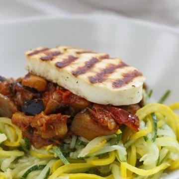 Rezept Zucchinispaghetti mit Auberginen-Tomaten-Sauce und Halloumi