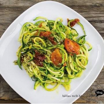 Rezept Zucchinispaghetti mit Tomaten & Sesam