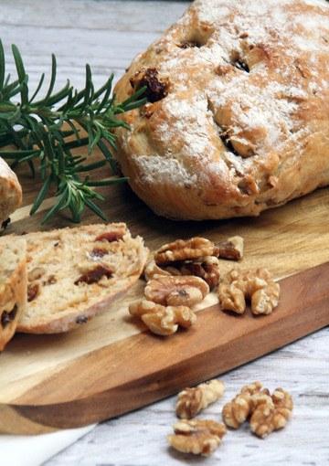 Rezept Zweierlei Brot: Walnuss-Tomaten-Brot und Walnuss-Trüffel-Brot