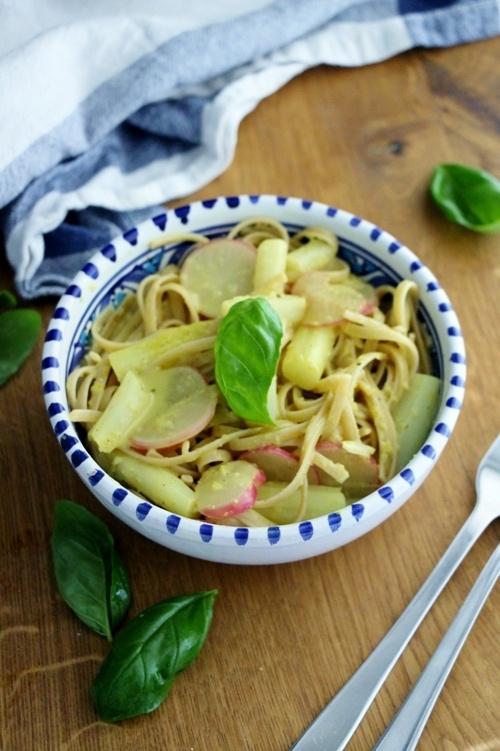 Rezept 15 Minuten Pasta mit Spargel, Kokos und Radieschen