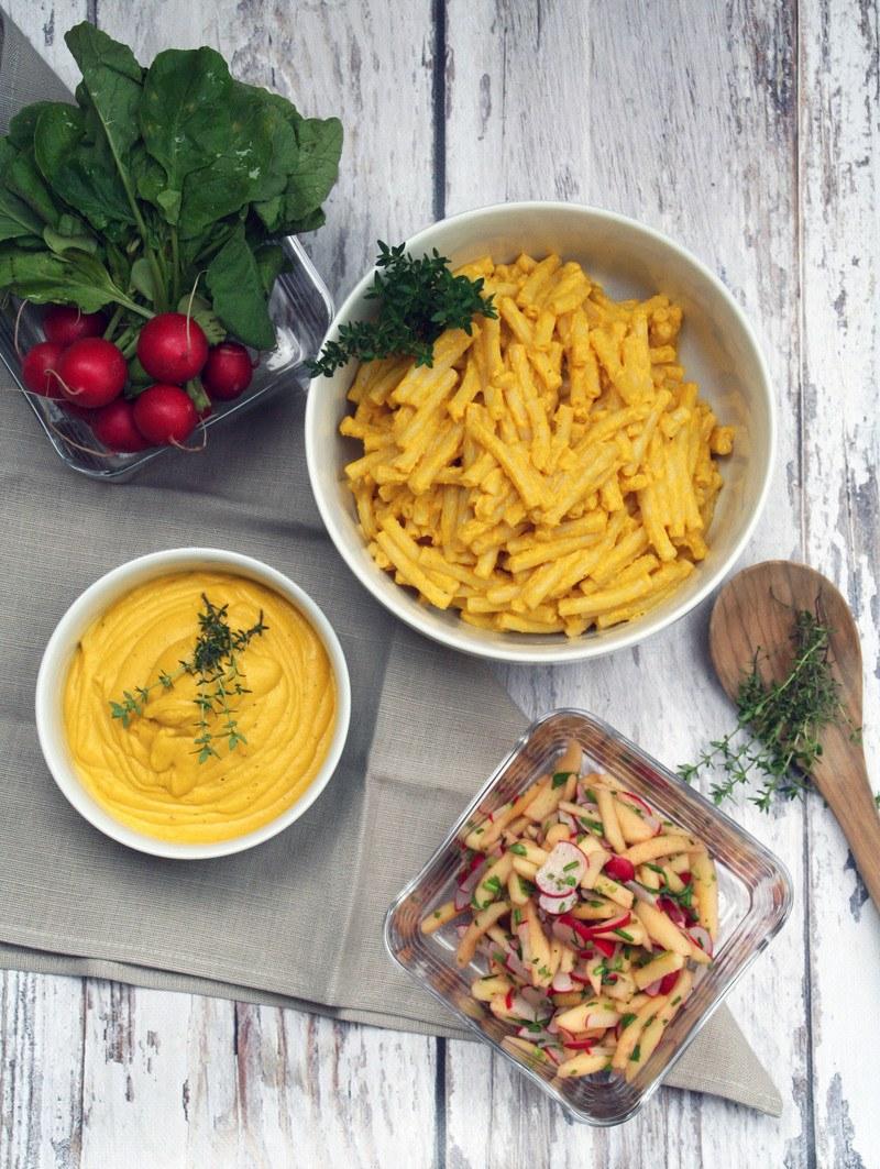 Rezept Apfel-Radieschen-Salat und Penne mit Kürbis-Cashew-Soße