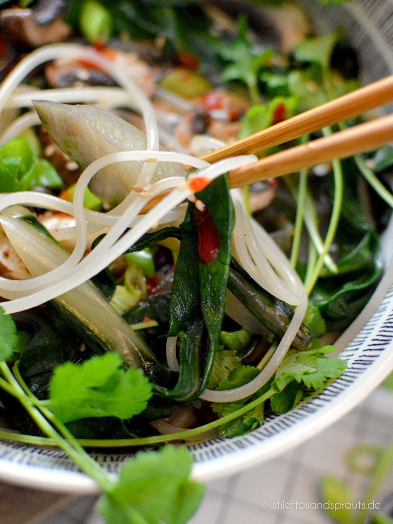 Rezept Asia Noodle Soup mit Ingwer, Mangold und Reisnudeln