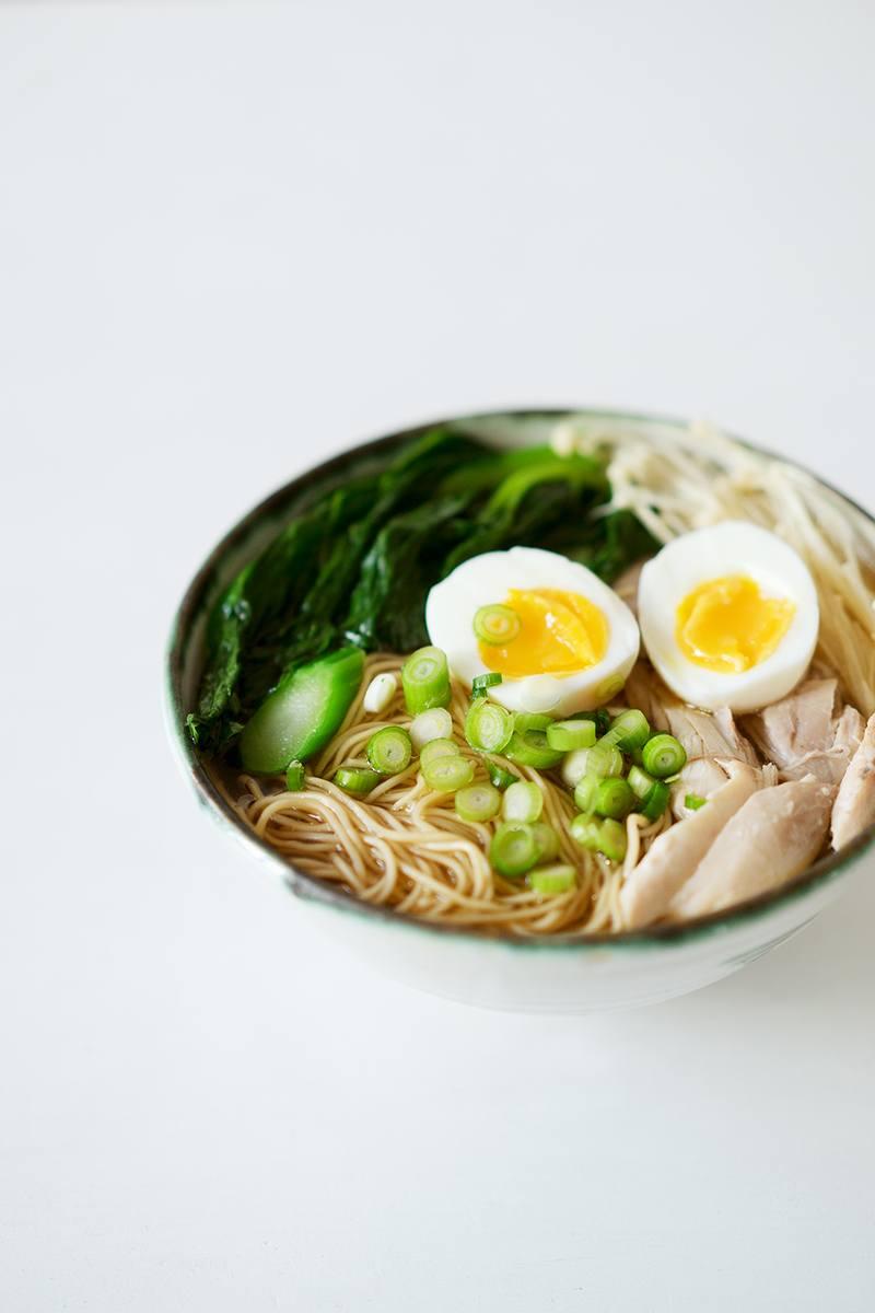 Rezept Asiatische Hühnersuppe mit Nudeln, Brokkoli, Enoki und Ei