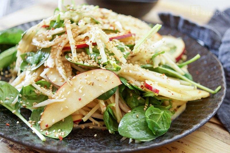 Rezept Asiatischer Kohlrabi-Apfel-Salat mit Miso-Dressing