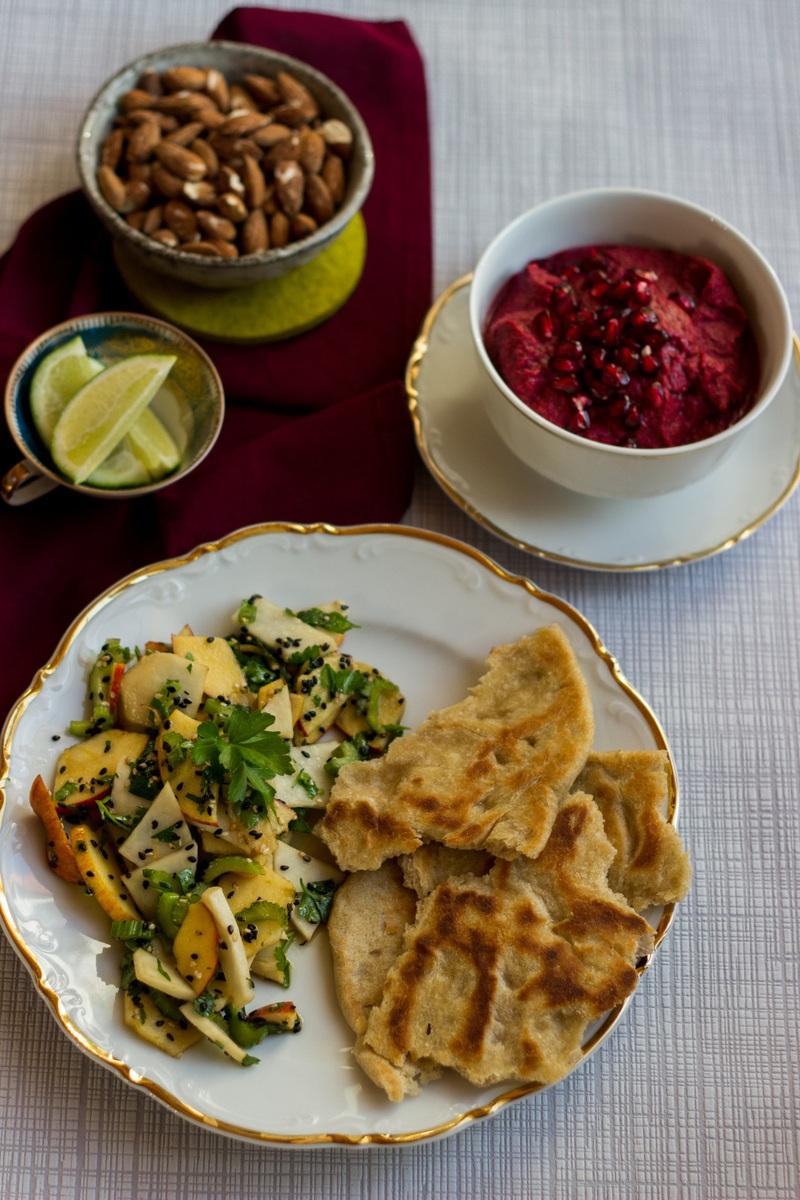 Rezept Asiatischer Rettichsalat mit Roggenfladen und Rote-Bete-Granatapfel-Dip