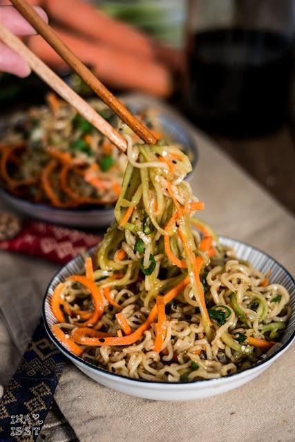 Rezept Asiatischer Sesam-Nudelsalat mit Gurke und Möhre