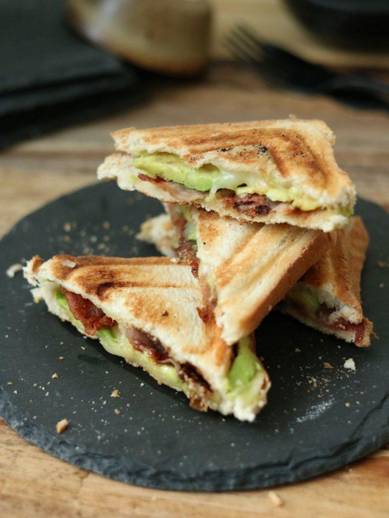 Rezept Avocado-Bacon-Sandwich mit karamellisierten Zwiebeln