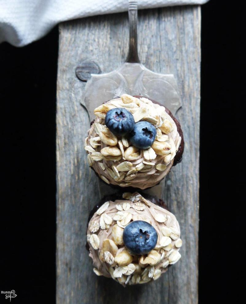 Rezept Banane Heidelbeer Cupcake, mit Schoko-Créme fraîche und Müsli-Topping