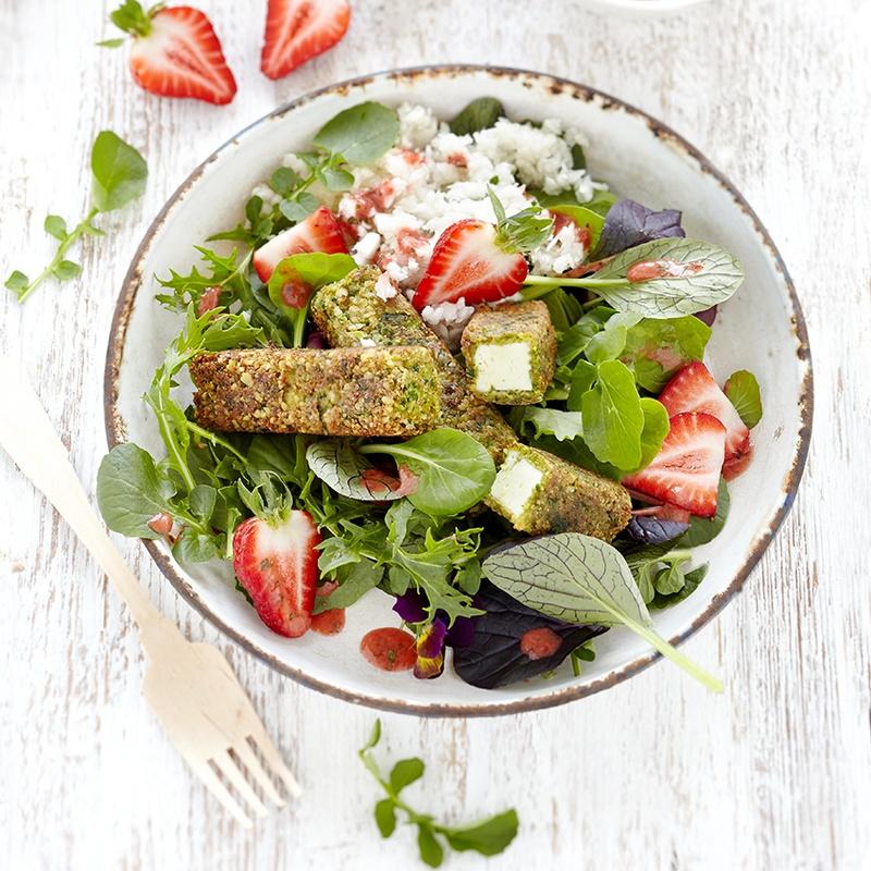 Rezept Bärlauch Feta Sticks an Erdbeer-Wildkräutersalat