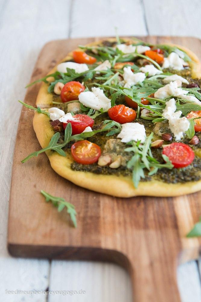 Rezept Bärlauch-Pizza mit Tomaten, Burrata, Rucola & Haselnüssen