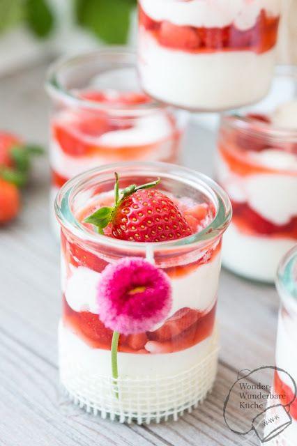 Rezept Bayrische Creme im Glas mit fruchtiger Erdbeersoße