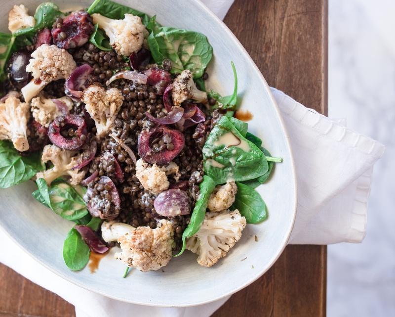 Rezept Beluga-Linsen-Salat mit Kirschen, Spinat und geröstetem Blumenkohl