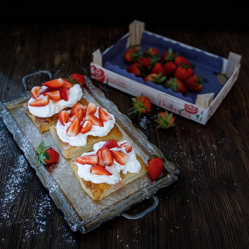 Rezept Blätterteigkissen mit Erdbeeren und Sahne