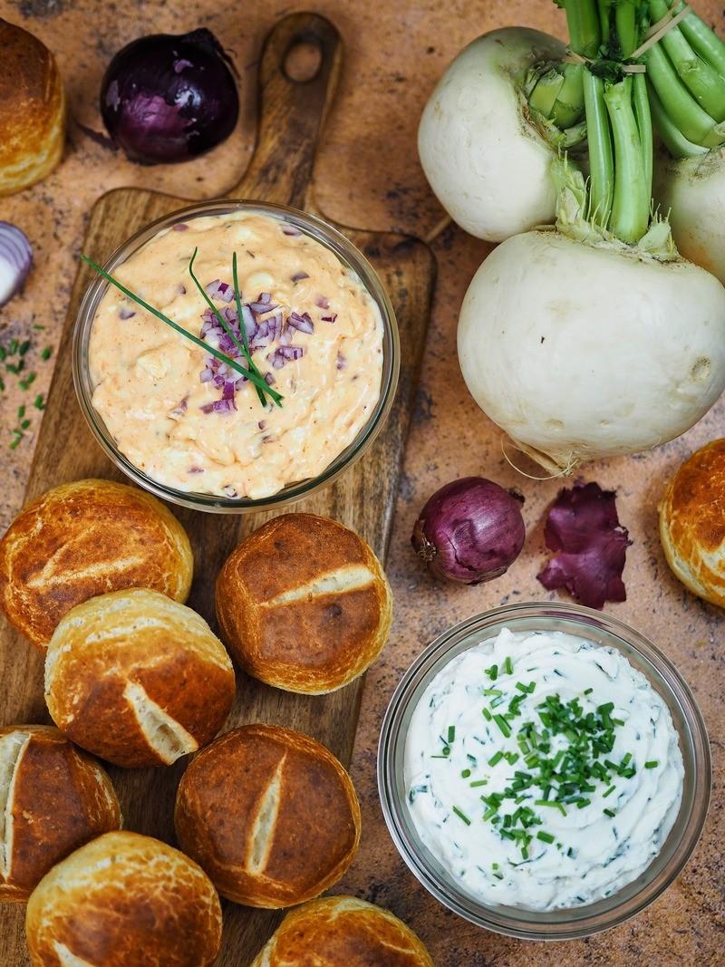 Rezept Blitzschnell selbstgemachte Laugenbrötchen & zwei bayerische Brotaufstriche: Obatzda & Schnittlauchcreme