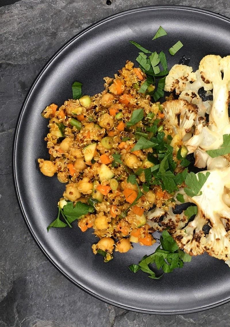 Rezept Blumenkohlscheiben mit orientalischem Quinoa-Salat
