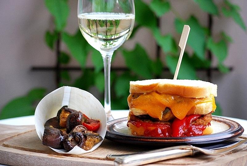Rezept Brioche-Lamm-Burger mit scharfer Tomatensoße und gegrilltem Gemüse
