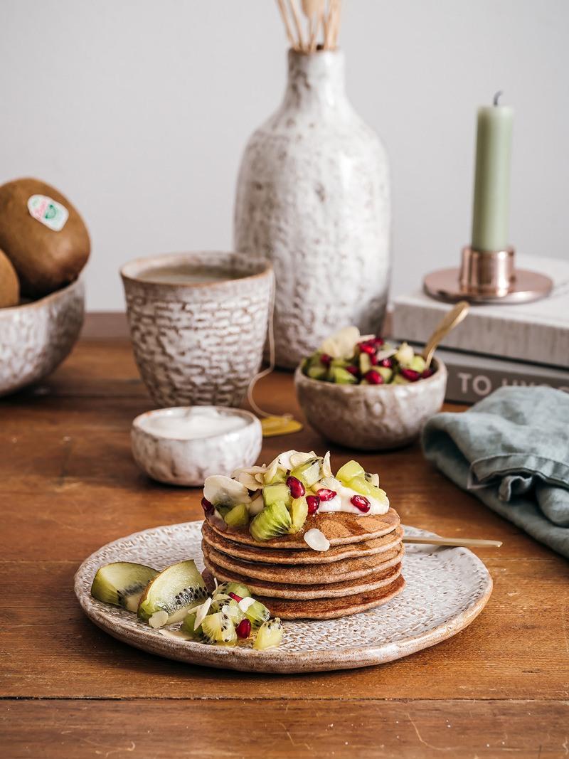 Rezept Buchweizen Pancakes mit Kiwi Granatapfel Salat