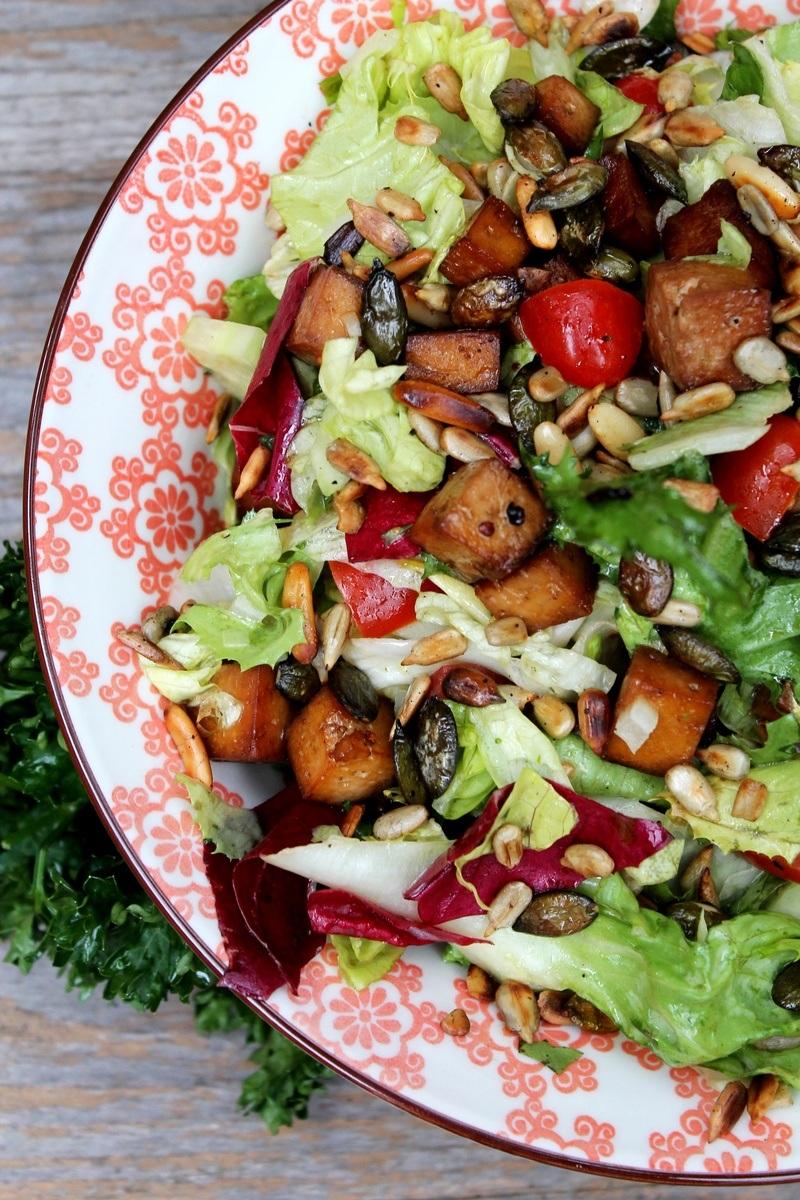 Rezept Bunter Gartensalat mit Räuchertofu, Quinoataler und Limettendip